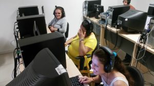 Alunos nas aulas de informática no laboratório da ACERGS