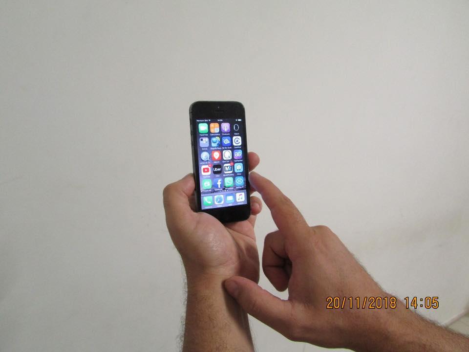 Descrição da imagem:foto em orientação paisagem de uma mão segurando celular explorando a tela . Fim da descrição