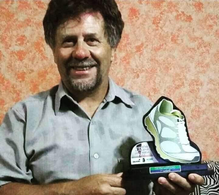 Descriçao da imagem: foto em close de Luiz sorridente, segurando seu troféu de Atleta Paralimpico Destaque da cidade de Passo Fundo/RS. Fim da descrição.