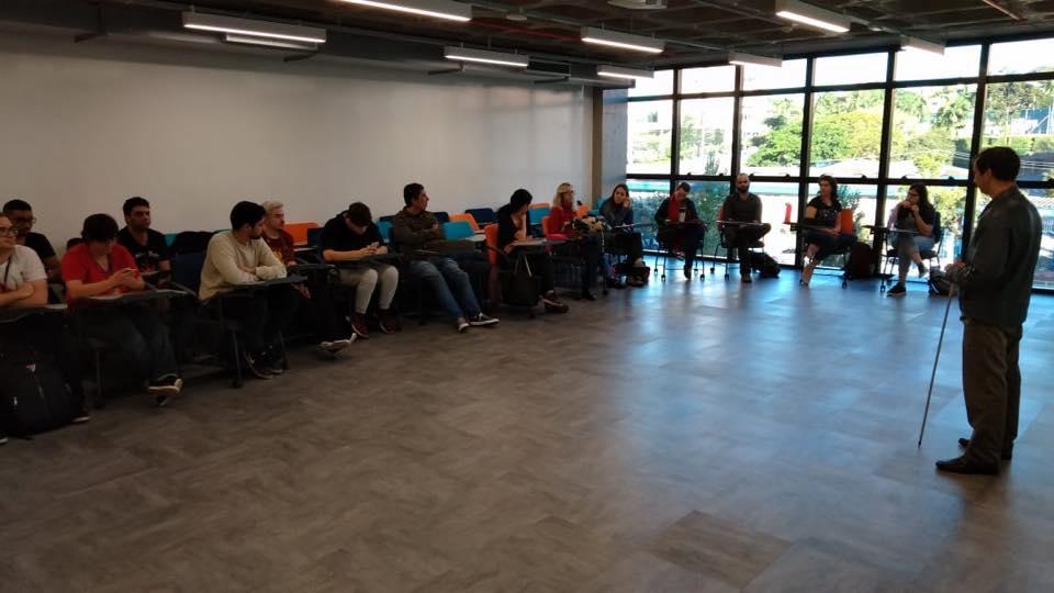 Descrição da imagem: foto horizontal de grupo de alunos. Maicon está em pé posicionados mais à direita da foto. Fim da descrição.