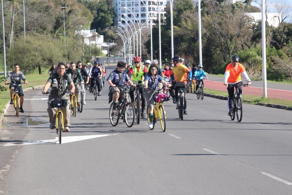 Descrição da  imagem: foto em orientação paisagem destaca dezenas de ciclistas em bicicletas ocupando via da região da orla do guaíba. Fim da descrição.