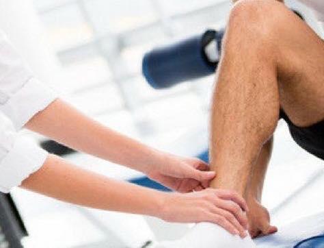 Descrição da imagem: foto destaca mão feminina sobre pé masculino pele clara. Fim da descrição.